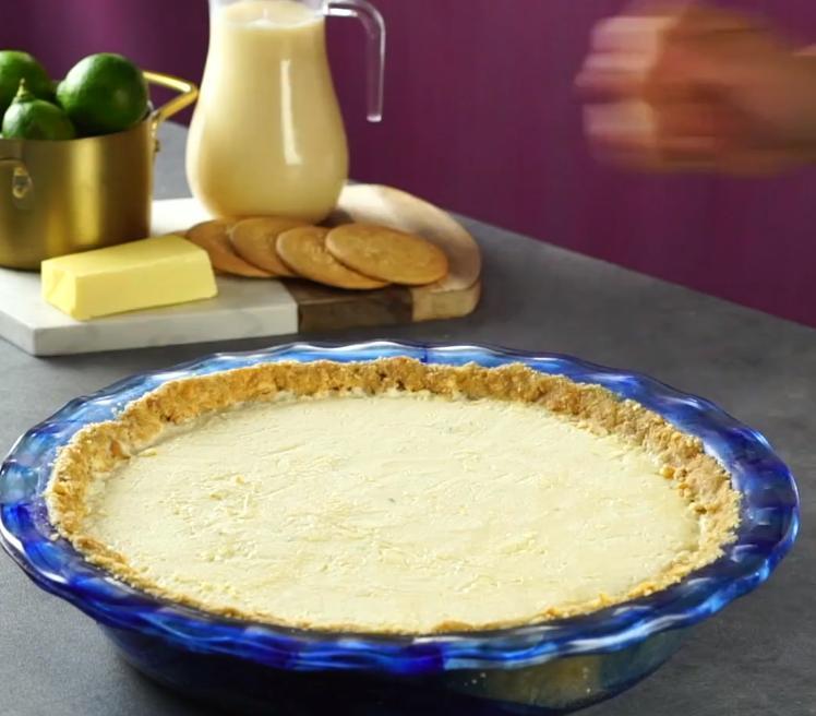 Корж из крекеров, а начинка из сгущенки, лимона и сливочного сыра: сладенький, но освежающий пирог для летних чаепитий