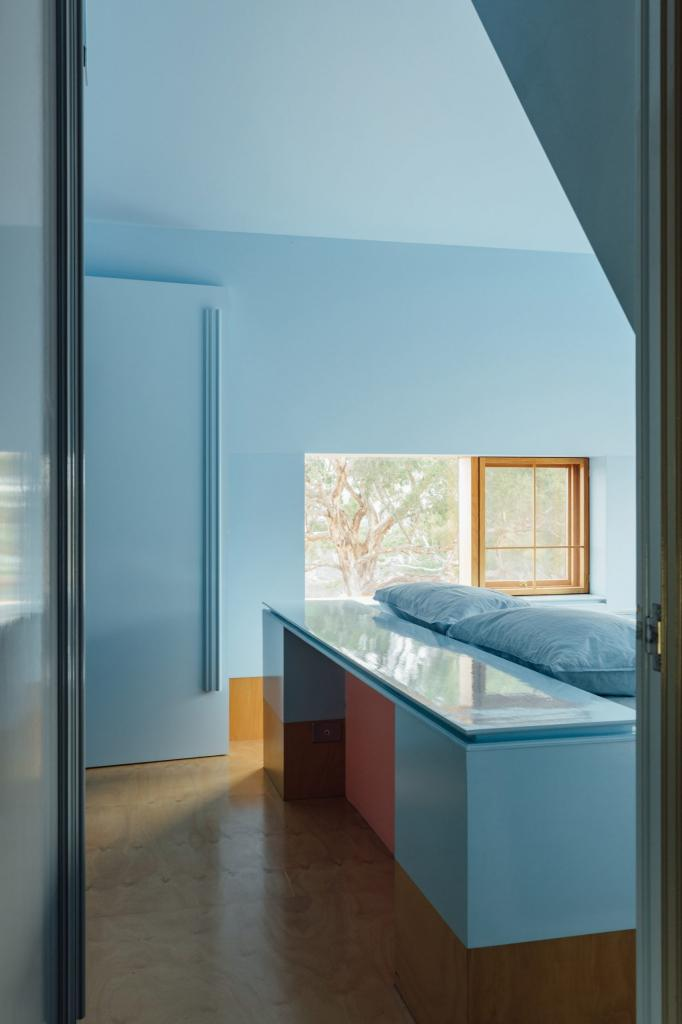 Роскошный дом длиной 110 метров в Австралии: внутри и кухни, и спальни, и грядки