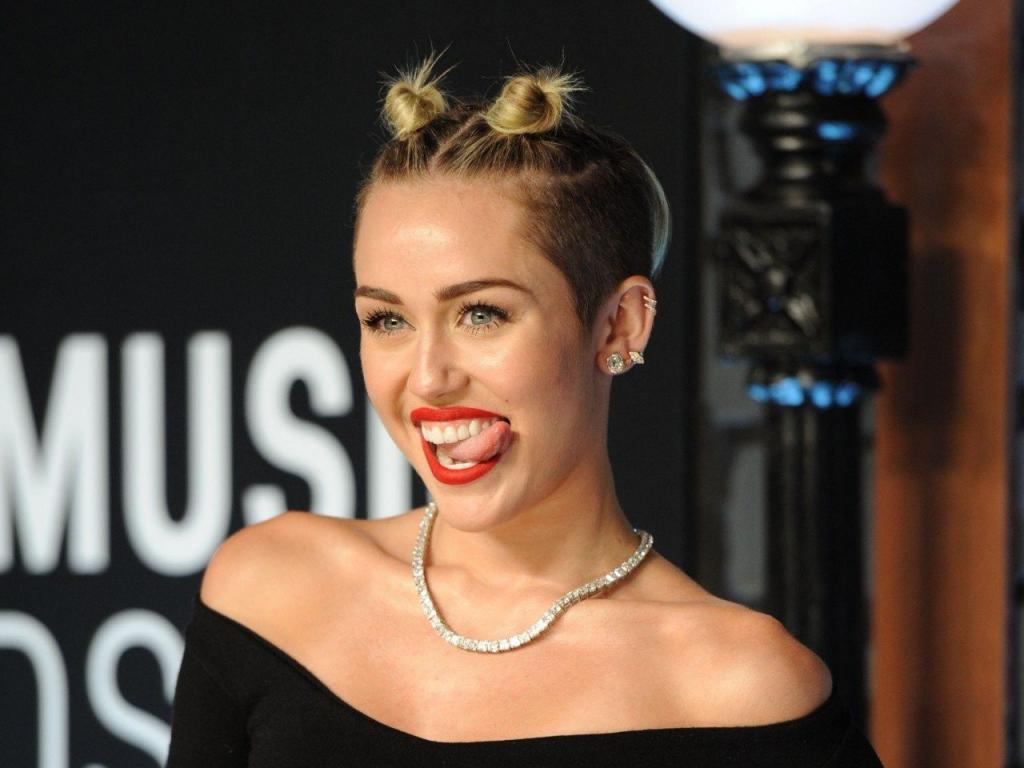 Зачем Майли Сайрус застраховала свой язык: певица буквально носит миллион долларов у себя во рту