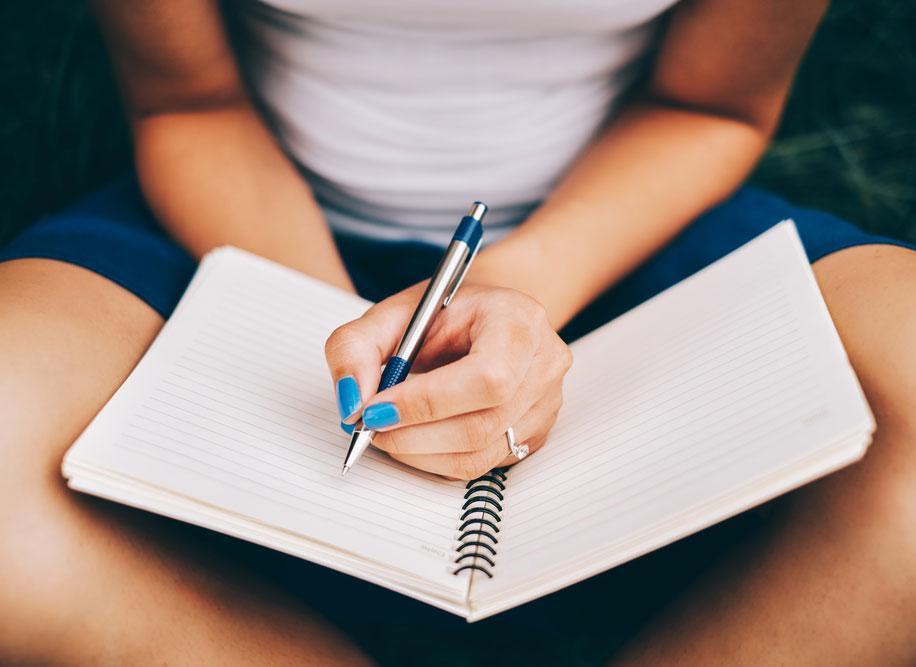 Начала вести дневник, чтобы справиться с навязчивыми мыслями и тревогой. Нашла в этом занятии как минусы (меньше сплю), так и плюсы (черпаю в дневнике идеи для стихов)