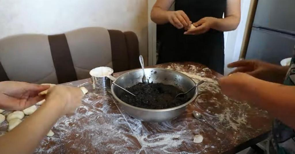 Собрала всю семью за одним столом: не пировали, а лепили 1000 пирожков с разными начинками. К вечеру стол гнулся от их количества