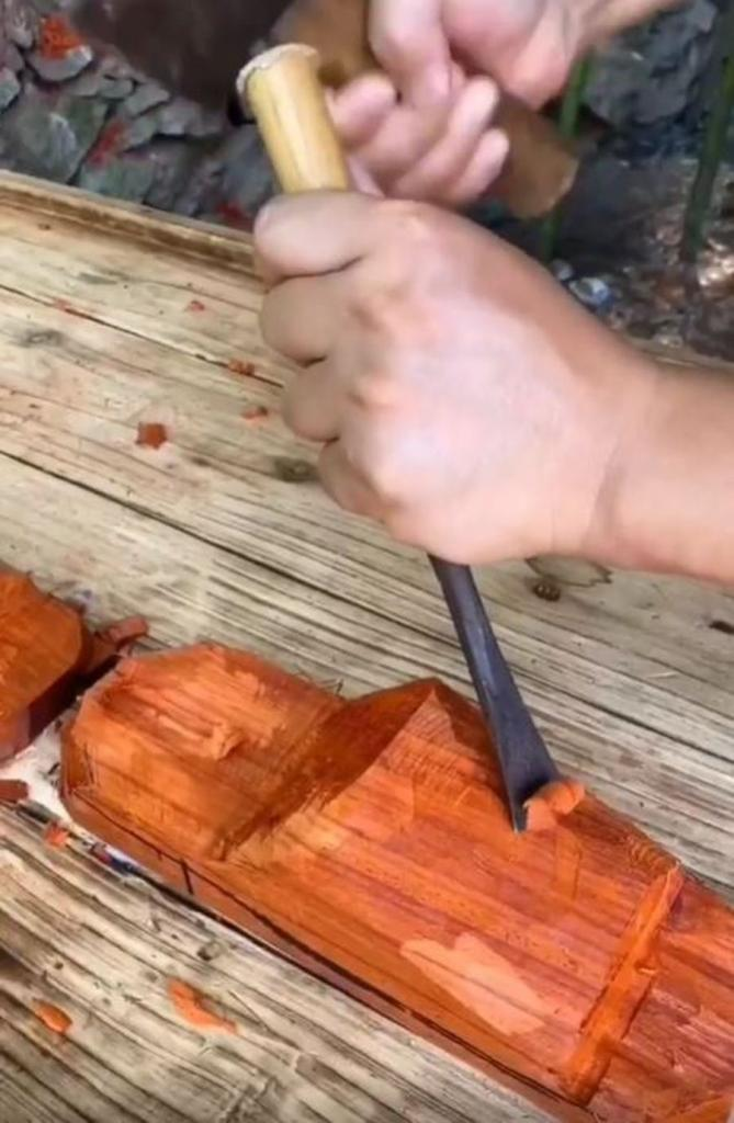 Увидев, как бабушка расстроилась из-за порванных тапочек, внук сделал ей символичный подарок – из дерева