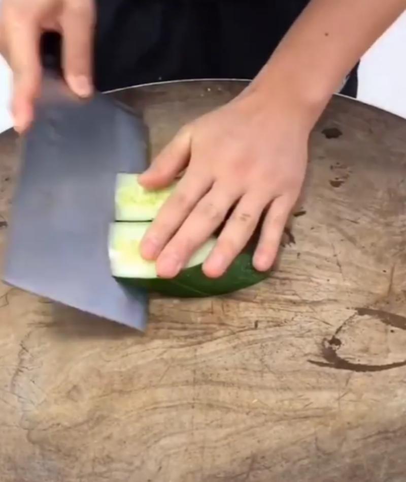 Шеф показал, как необычно режут огурцы в его ресторане: простой способ