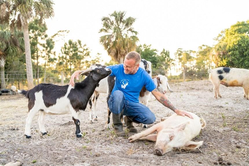 В память о своей матери мужчина открыл заповедник: он уже спас более 150 сельскохозяйственных животных (фото)