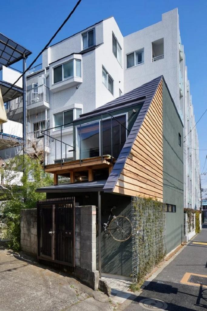 Небольшой домик смотрится как трехэтажное здание, но на самом деле внутри всего одна многоуровневая квартира: как это выглядит