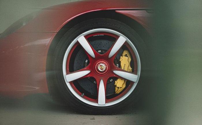 Забытый Porsche: мощный суперкар с 2012 года стоит заброшенный в салоне