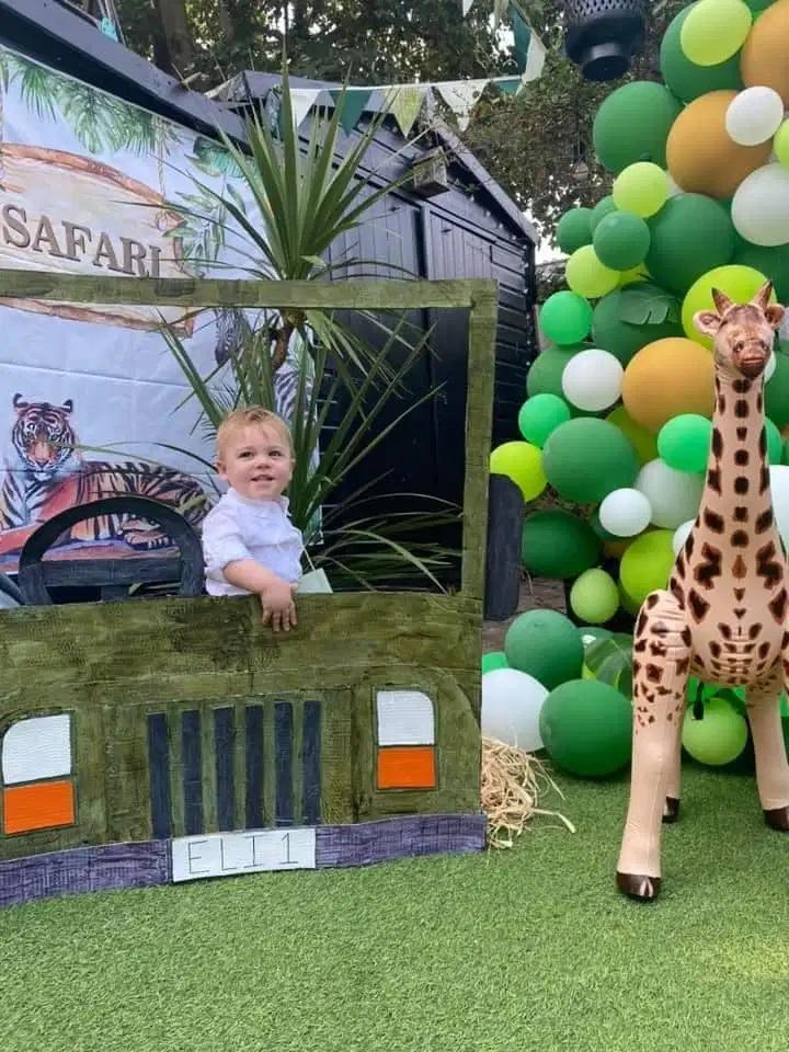 Семье удалось провести ребенку шикарный день рождения: для оформления двора использовали поддоны и воздушные шарики