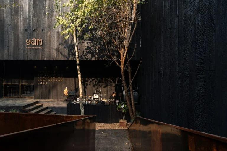 """Архитекторы отгородили ресторан у шумной дороги высокими стенами, а в зал на улице ведет """"ржавый"""" мост: фото"""