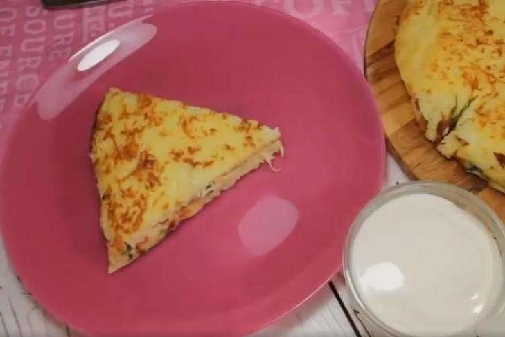 Бабушка приготовила бесподобный ужин за 15 минут: нежнейший картофельный пирог на сковороде