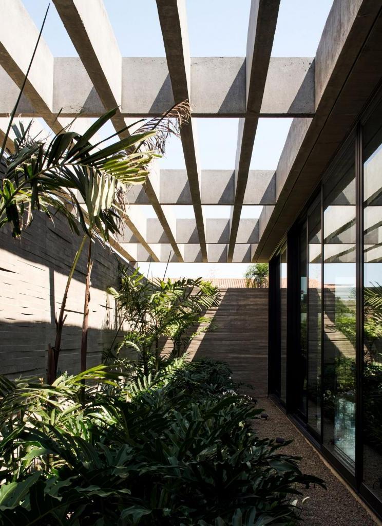 Дизайнеры спрятали от глаз посторонних шикарный дом и сад за 54-метровой бетонной колоннадой