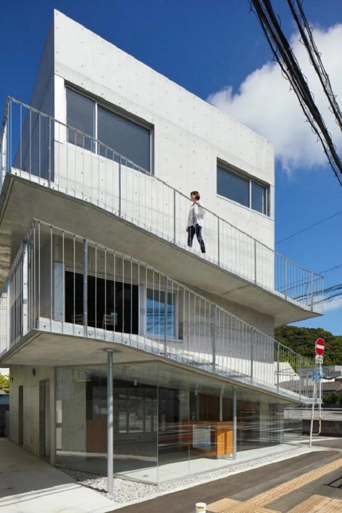 Архитекторы соединили три этажа дома в Японии с помощью наружного бетонного пандуса. Внутри, как ни странно, никакой лестницы нет