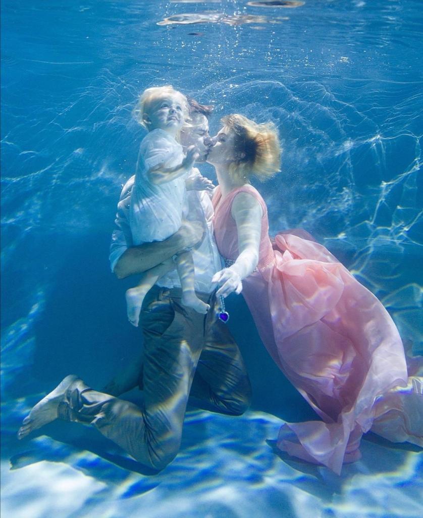 Волшебная фотосессия под водой: ладно мама и папа, но и ребенок позирует, как профессионал