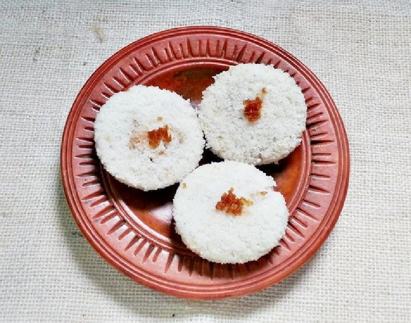 Рисовые лепешки со сладкой кокосовой начинкой: детей от лакомства не оторвать