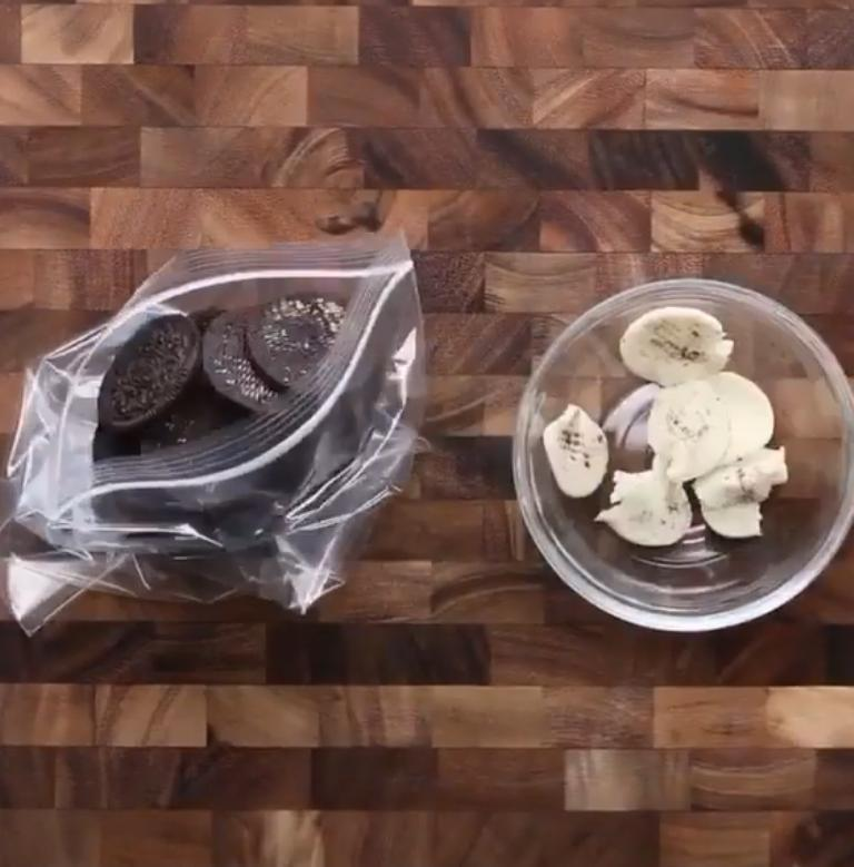 Наливаю сгущенку в сковороду и ставлю чайник: любимая идея для перекуса в моей семье