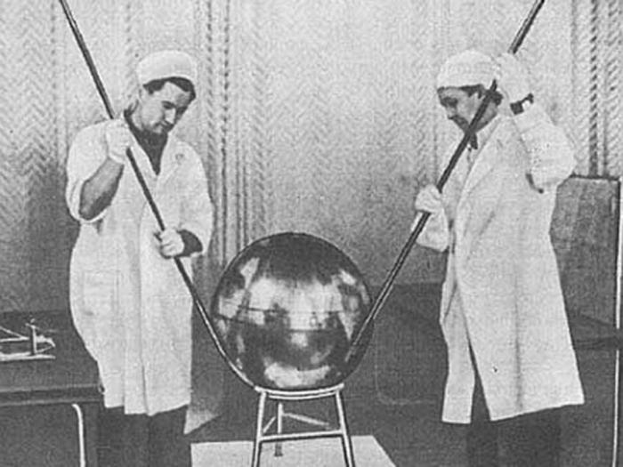Начались работы над первым спутником