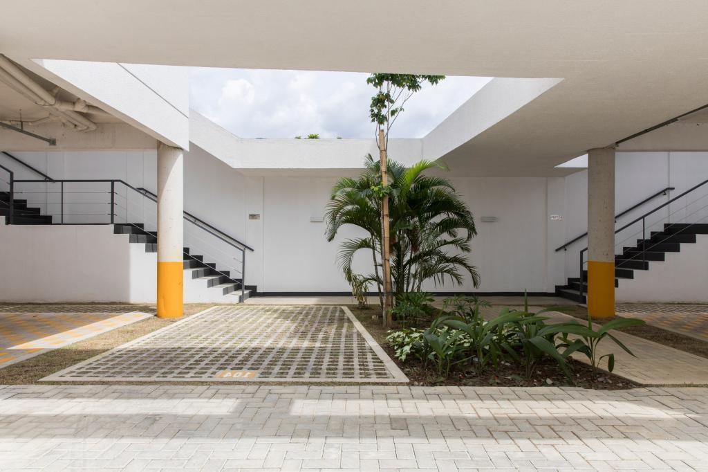 В Бразилии многоквартирный дом обшили ярко-желтыми металлическими решетками, которые защищают от вредного света