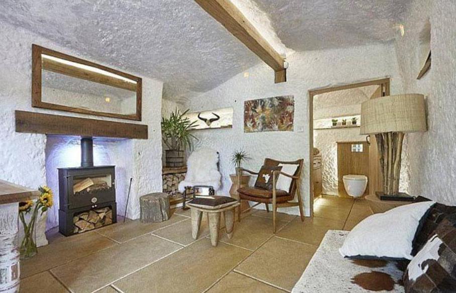 Мужчина превратил пещеру в дом своей мечты. Его жилье теперь лучше, чем у знаменитостей (фото)