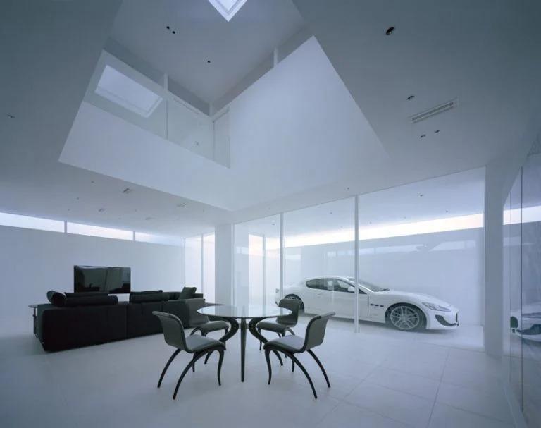 Архитекторы построили в гостиной стеклянную стену, тем самым создав пространство для парковки машин прямо в гостиной. Сидишь и любуешься