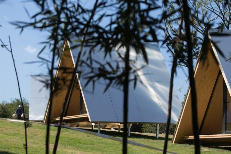 Несколько семей собрались вместе и построили группы треугольных домов на лугу, вдали от города. Все ради того, чтобы возродить концепцию сельских районов