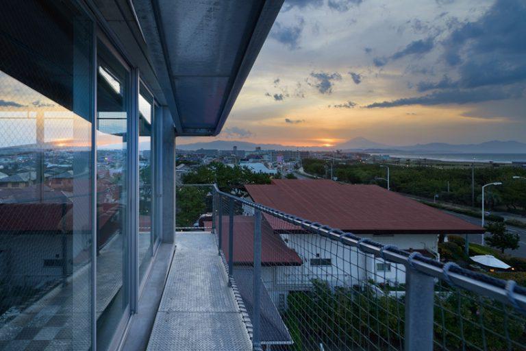 Архитекторы построили 150-метровый пандус вокруг 15-метрового жилого дома. Ни лифта, ни лестницы внутри, зато на крыше есть ванна