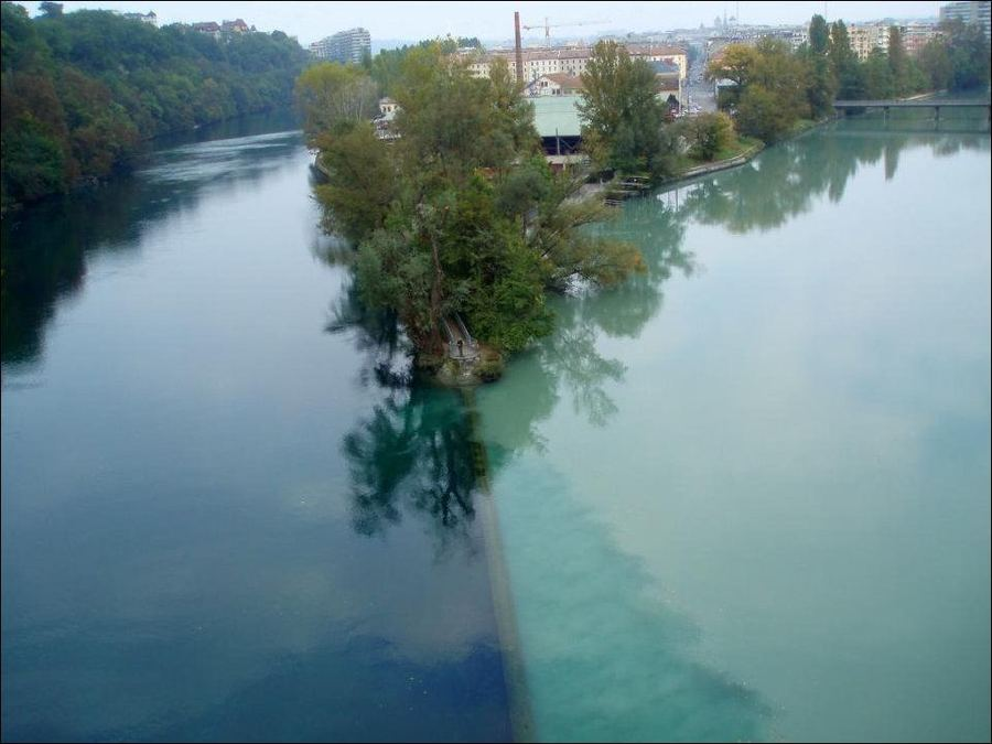 На фото две реки, но выглядят они как одна двухцветная. В чем аномалия такого явления, ради которого туристы хотят попасть в Швейцарию весной