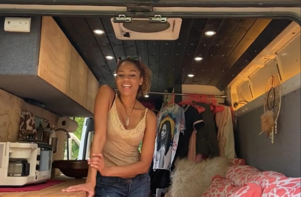 Девушка показала, как ей живется в фургоне: люди не сразу поняли, как она справляется без душа