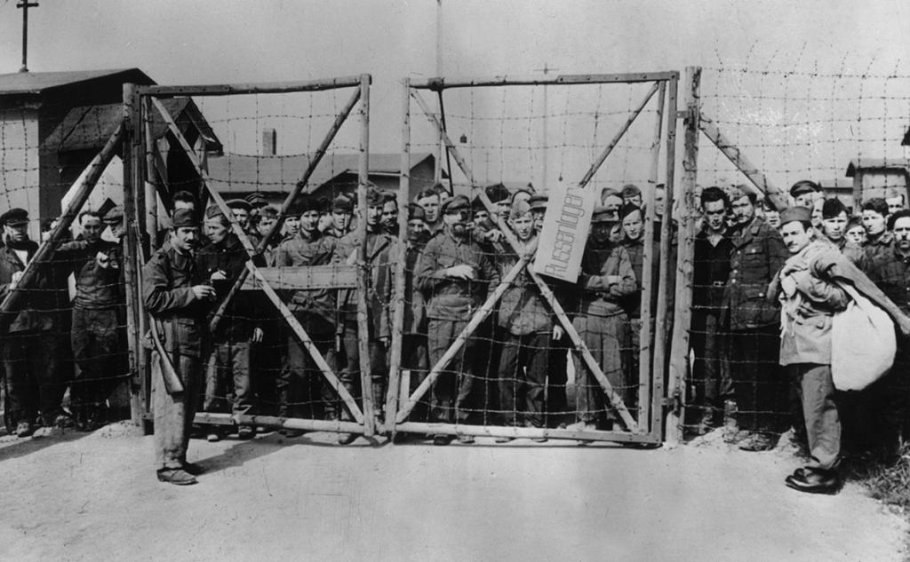 """""""Несгибаемые"""": в Библиотеке иностранной литературы была организована выставка, посвященная подвигам советских военнопленных. Среди экспонатов - фотографии и документы"""