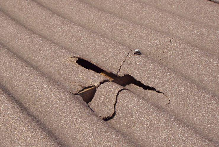 Увидели, как сосед по даче заделывает дырку в шифере. Ему понадобилась ремонтная лента: жаль, что мы этого раньше не знали