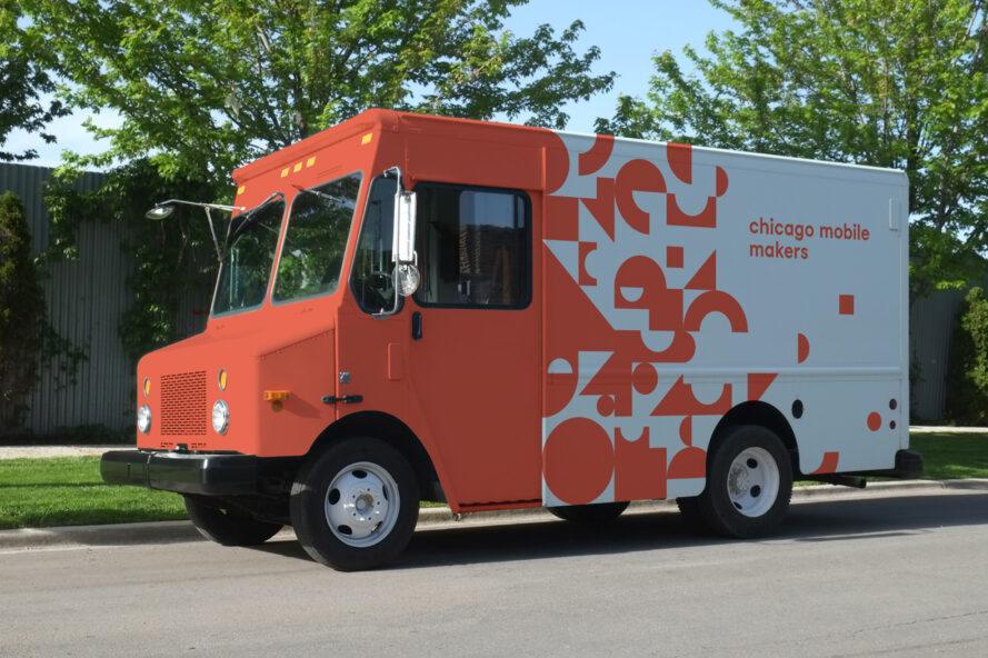 Списанный фургон почтовой службы превратили в передвижной общественный центр: на крыше расположены 4 солнечные батареи, а внутри - все необходимое для творчества