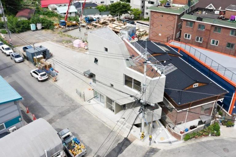 Архитекторы построили дом/рабочее место для дизайнеров одежды на треугольном участке. В четырехуровневом здании есть и офис, и жилые помещения, и даже конференц-зал
