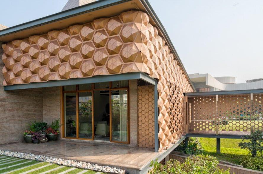 """Фасады в форме сот в индийском особняке открываются и закрываются, в зависимости от освещения. Оттого дом и получил название """"Улей"""""""