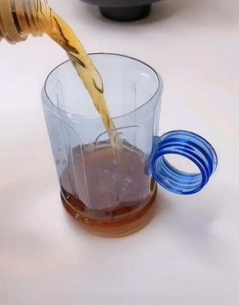 Забыли взять в поезд чашку, за минуту соорудили из бутылки: проводница даже чай не стала предлагать – вот такие мы продуманные!
