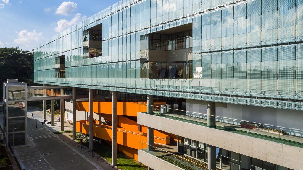 Бразильские архитекторы добавили яркий акцент в виде ярко-оранжевой лестницы к обычному офисному зданию Сан-Паулу