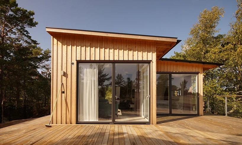 Архитектор построил летний домик на отдаленном Стокгольмском архипелаге. Материалы для строительства пришлось доставлять на вертолете