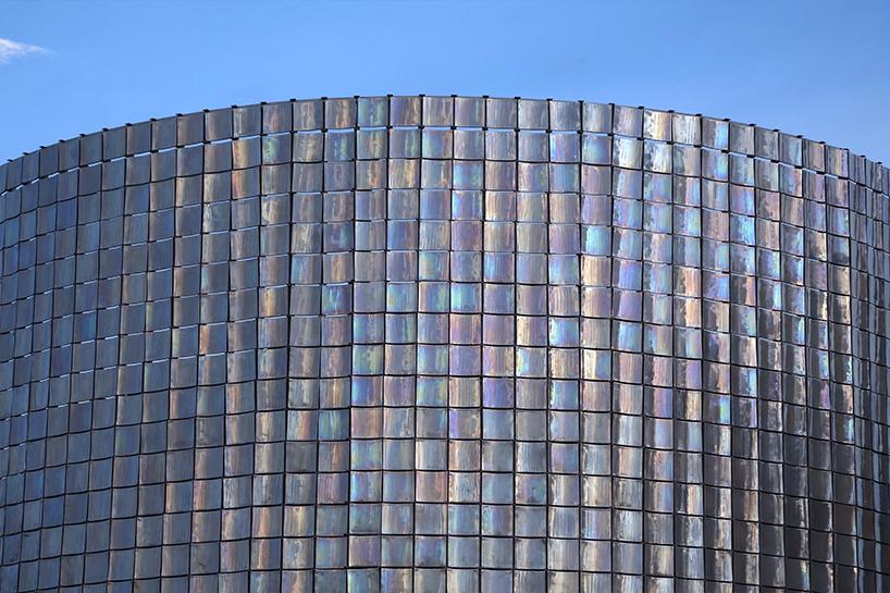 Пожалуй, самая гламурная заправка на свете: в Таиланде фасад АЗС покрыли перламутровой плиткой, переливающейся всеми цветами радуги на солнце