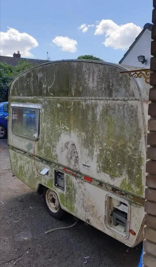 """Пара купила 50-летний фургон: в их """"золотых"""" руках дом на колесах стал выглядеть как новый"""