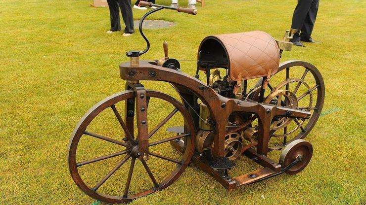 Первая модель появилась в Бад-Каннштатте (Германия) 29 августа 1885 года: интересные факты о первом мотоцикле