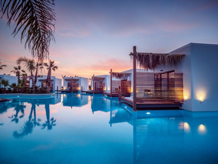Место выглядит как модный отель на Мальдивах, но на самом деле бунгало расположены в обычном бассейне (фото)