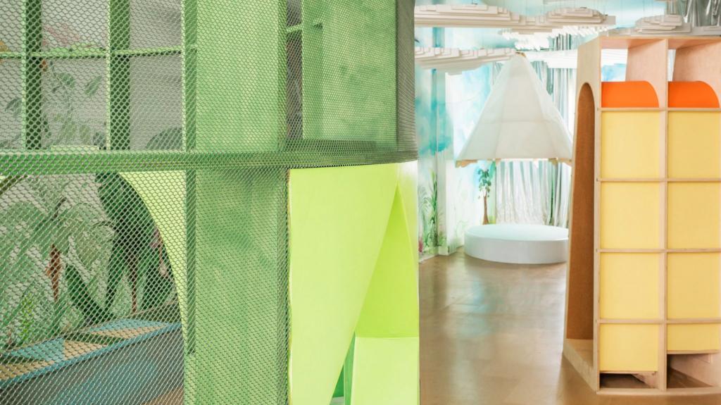 Дизайнеры создали яркое детское игровое пространство с фанерной скалодромной рамой и туннелем