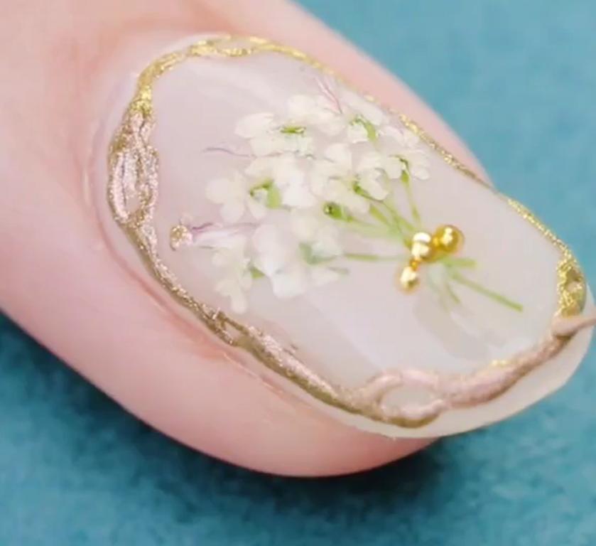 Храню гербарий не в книгах, а на ногтях: подруги тут же повторили эту идею за мной