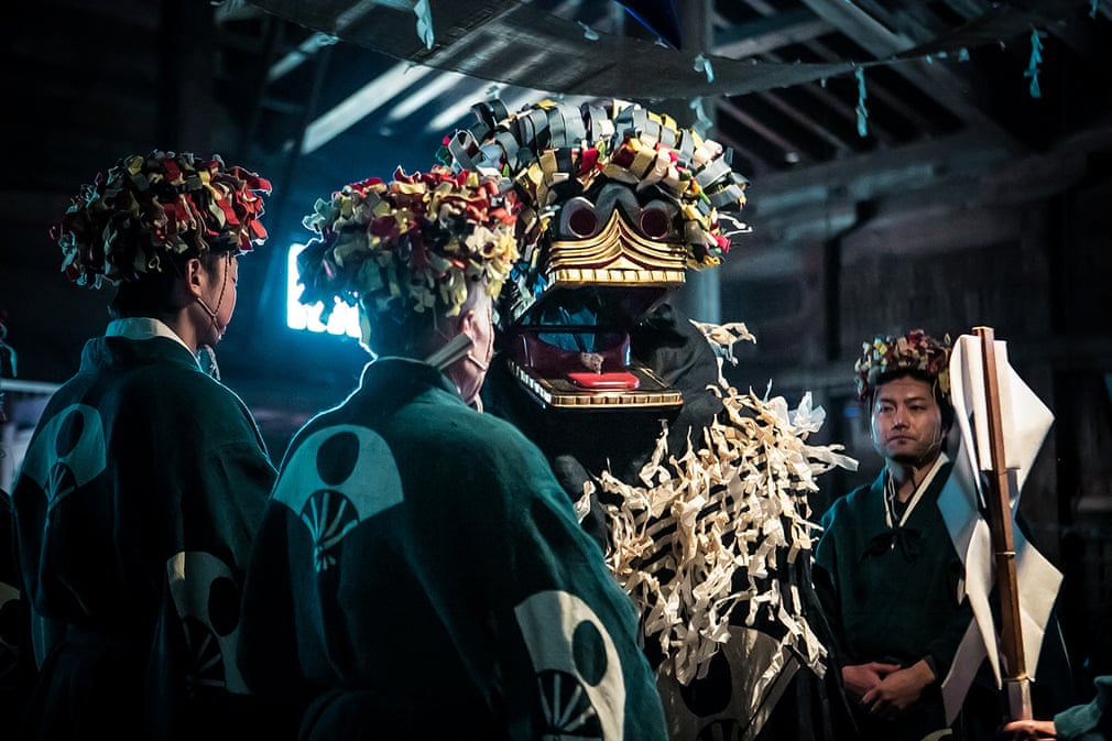 Фотограф Юкари Тикура отправилась в отдаленную деревню, чтобы заснять ежегодную церемонию ритуала привлечения удачи 1300-летней давности