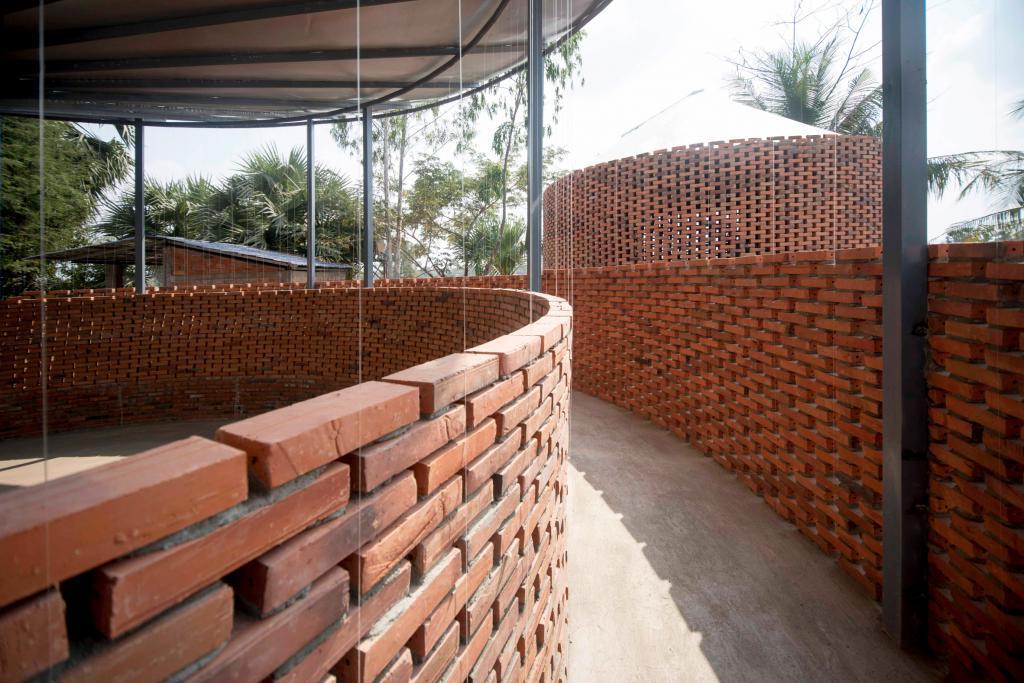 Архитекторы построили кирпичный зал-акведук в небольшой деревне, который собирает дождевую воду в сосуд в центре сооружения (фото)