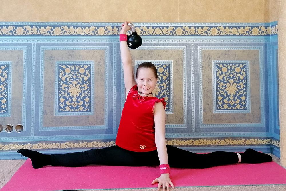 Девочка из Екатеринбурга - мировая рекордсменка по удержанию гири, стоя на гвоздях. И это далеко не единственное ее достижение, но родителей девочки многие критикуют