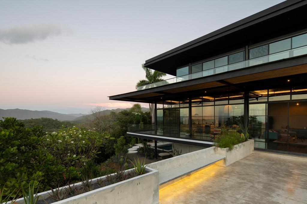 Чтобы вписался в горный ландшафт. Архитекторы отделали обугленным деревом семейный дом на вершине холма