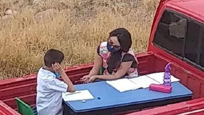 Мобильное образование: учительница переделала свой пикап в класс, чтобы учить детей во время пандемии