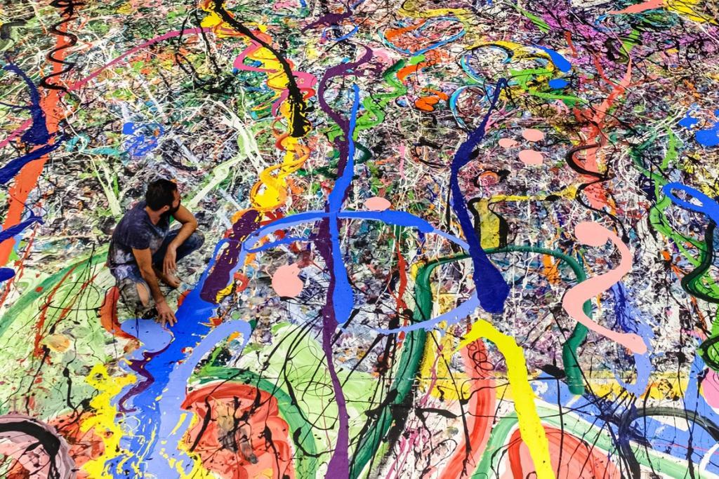 Художник создает картину на холсте размером больше двух футбольных полей, все деньги от продажи на аукционе в декабре пойдут на благотворительность