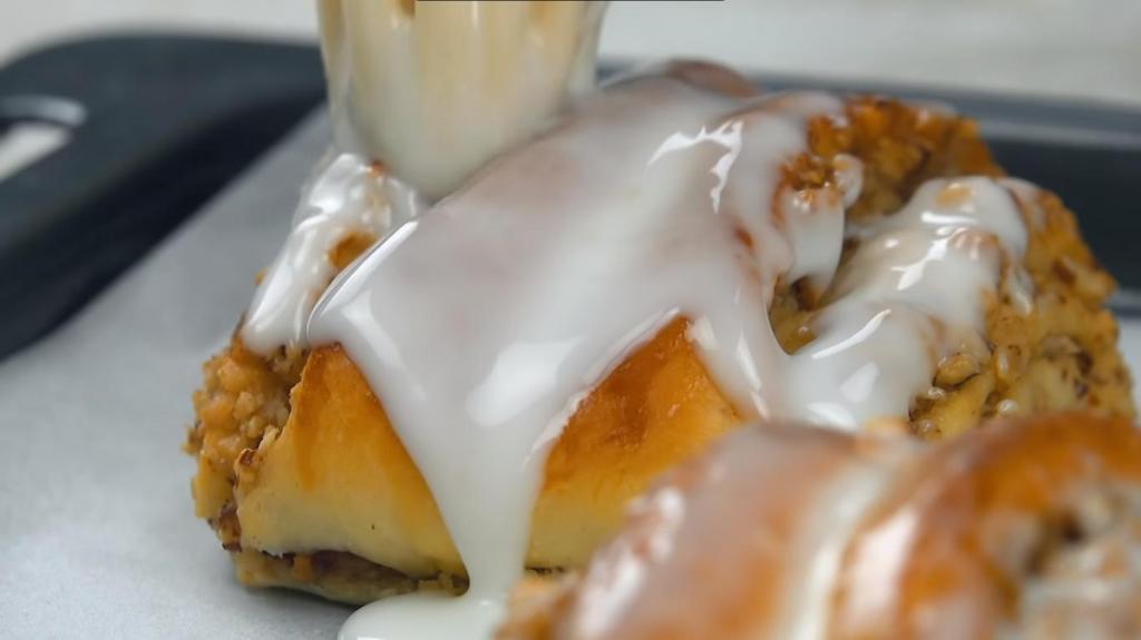 Муж печет удивительно вкусные ореховые булочки с сахарной глазурью. На аромат прибегают даже мои родители, живущие по соседству