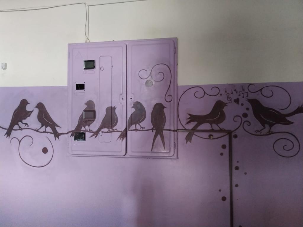 Сказки оживают в ее подъезде: жительница Урала превратила свой дом в потрясающий арт-объект