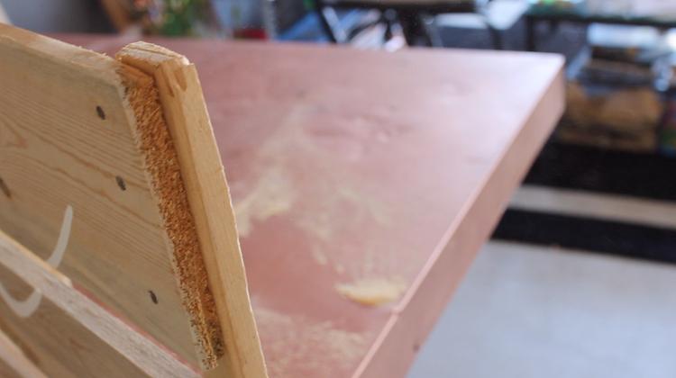 Из деревянного поддона я сама смастерила для собаки удобную передвижную кровать. Это намного проще, чем кажется, и питомец доволен