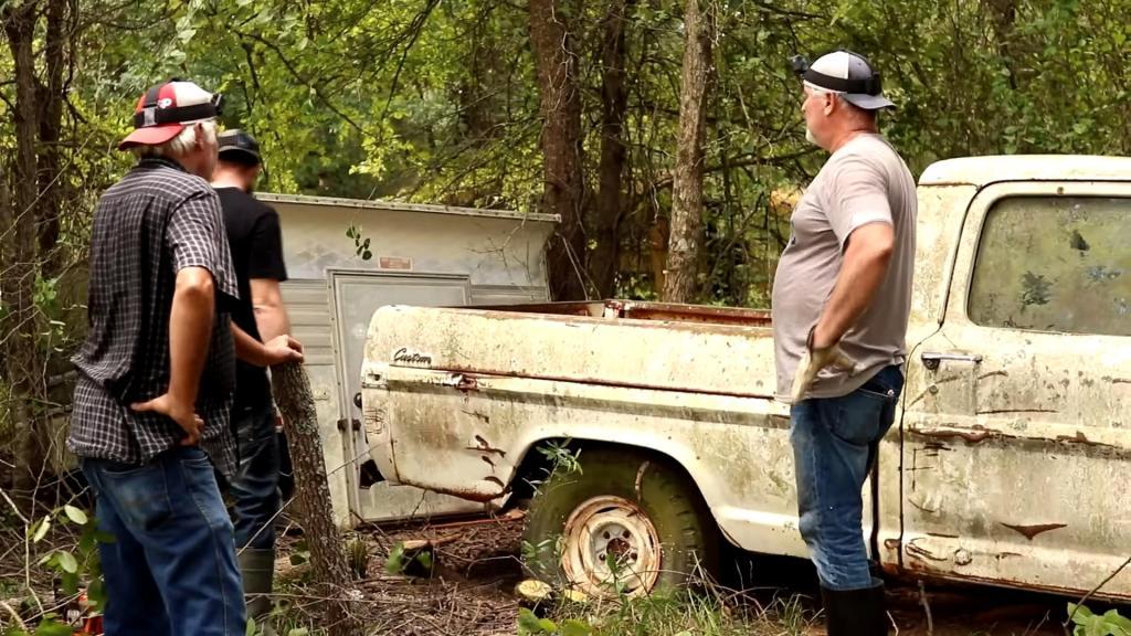 Находка в лесу: группа искателей обнаружила на болоте брошенные автомобили и спасла некоторые из них